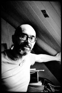 Frédéric prend la pose dans une salle de Carrefour 18