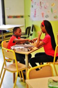 a la ludothéque les enfants jouent aux échecs