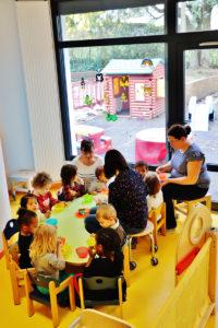 l'heure du goûter pour les enfants de la halte-garderie