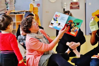 Lecture animée auprès de jeunes enfants accompagnés de leurs parents
